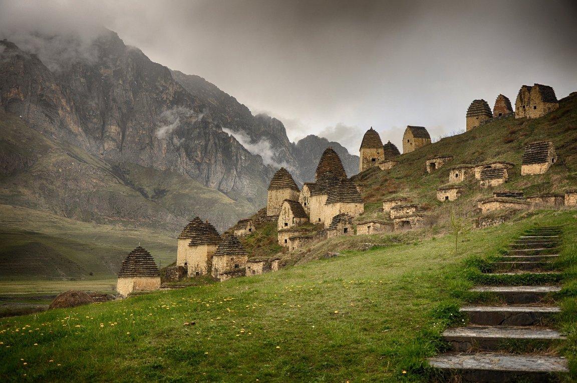 Из Владикавказа можно съездить в легендарный Даргавс