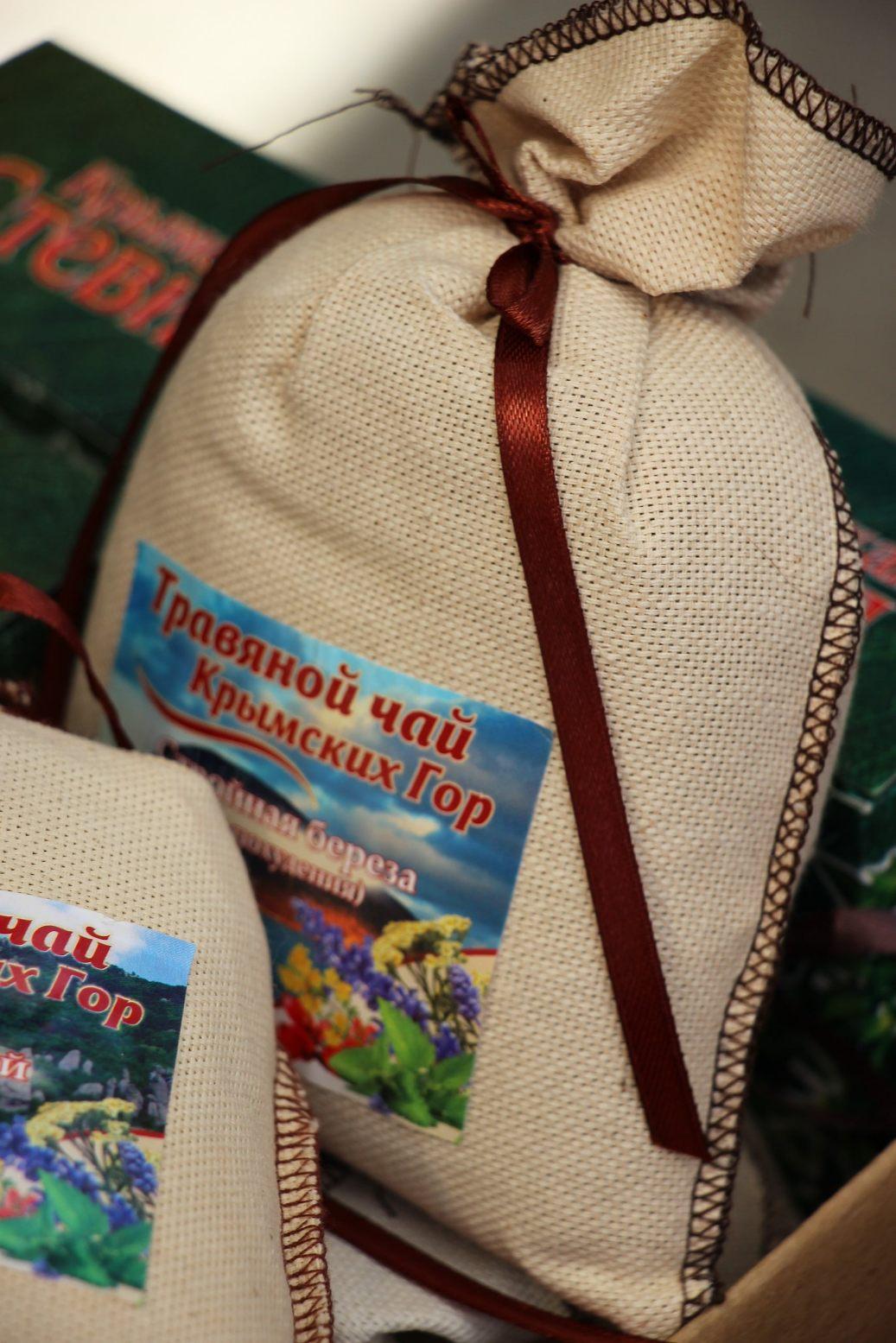 Торговцы предлагают наборы чая из местных трав