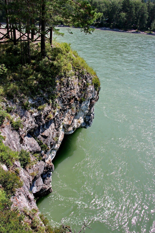 Вода в каньоне отличается бирюзовым цветом