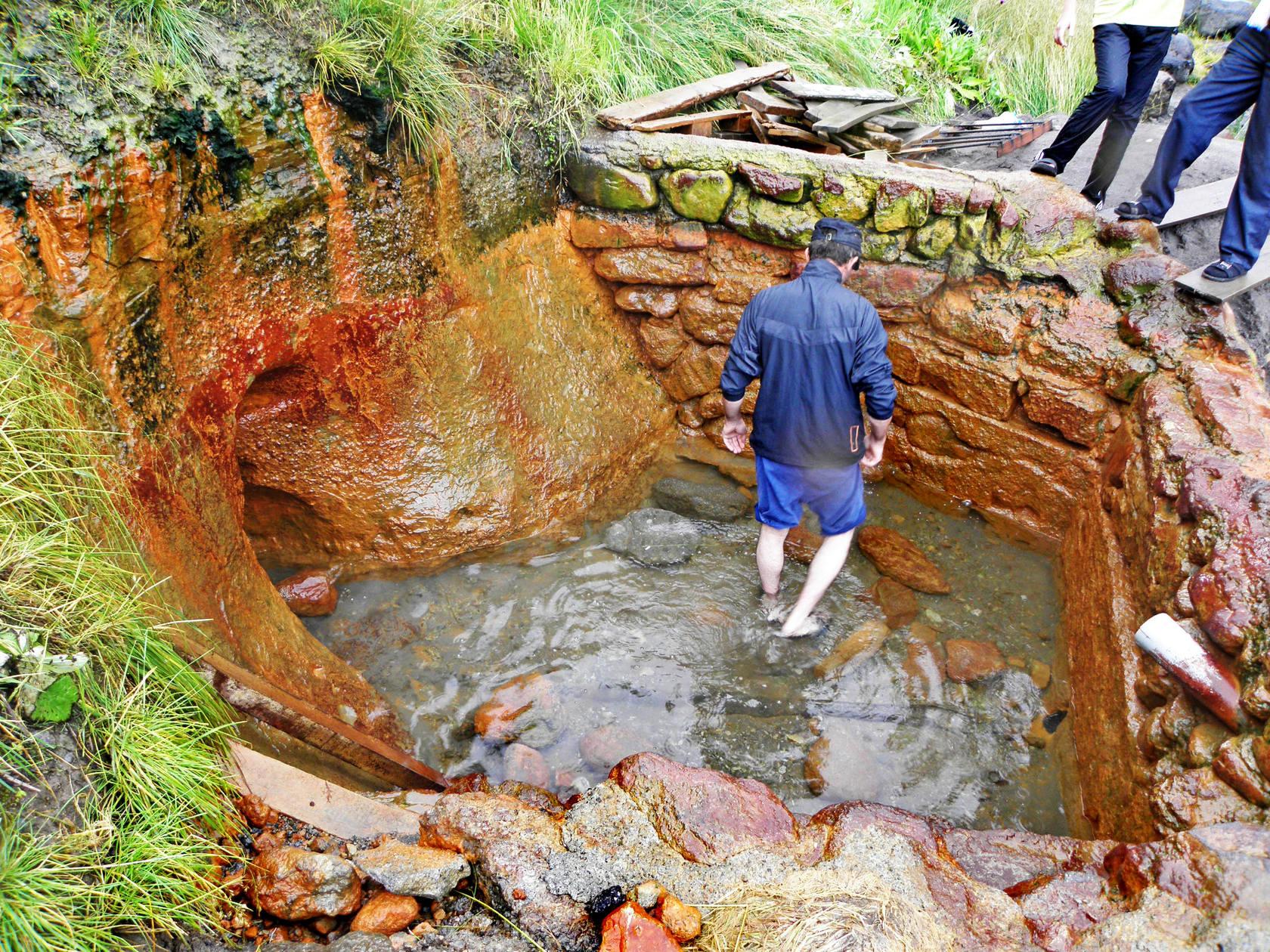 Некоторые минеральные «ванны» имеют глубину в человеческий рост
