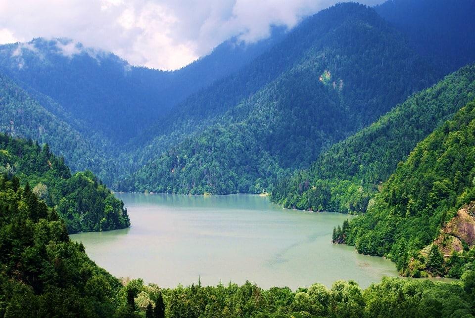 Озеро отличается чистотой и необычным цветом воды