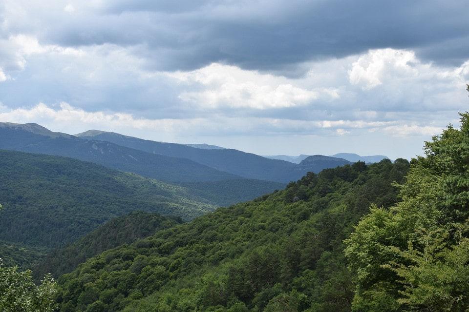 Крепость находится в окружении гор и лесов