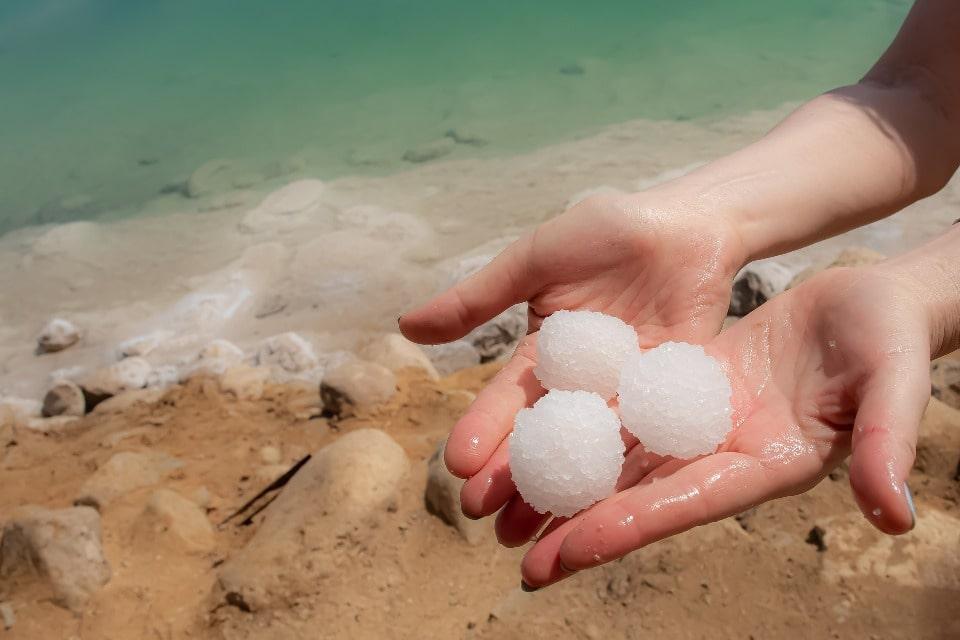 Соли так много, что из нее можно лепить соляные «снежки»