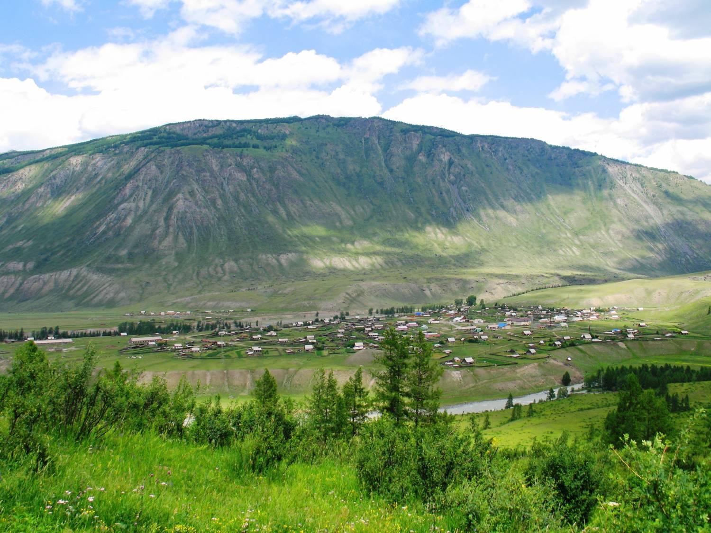 Село раскинулось в широкой долине реки
