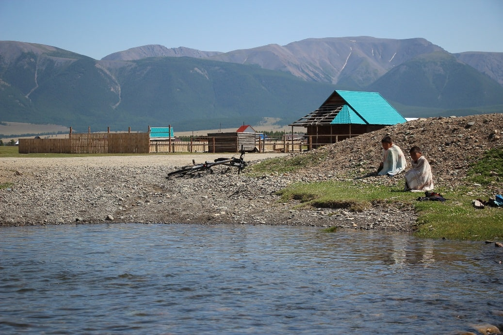 Село раскинулось на берегу реки Катунь