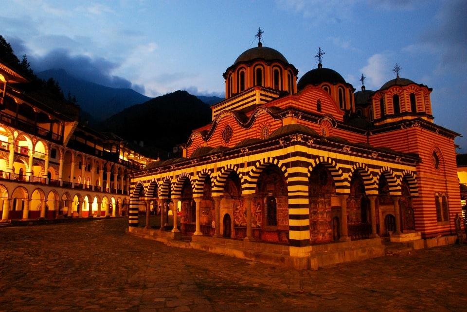 Так выглядит монастырь после захода солнца