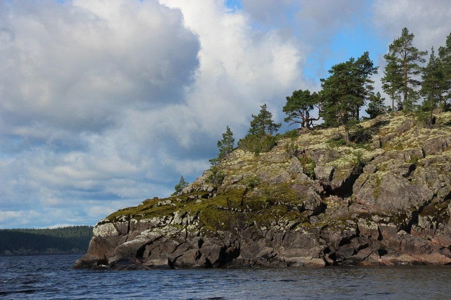 Достопримечательностью острова являются скалистые берега