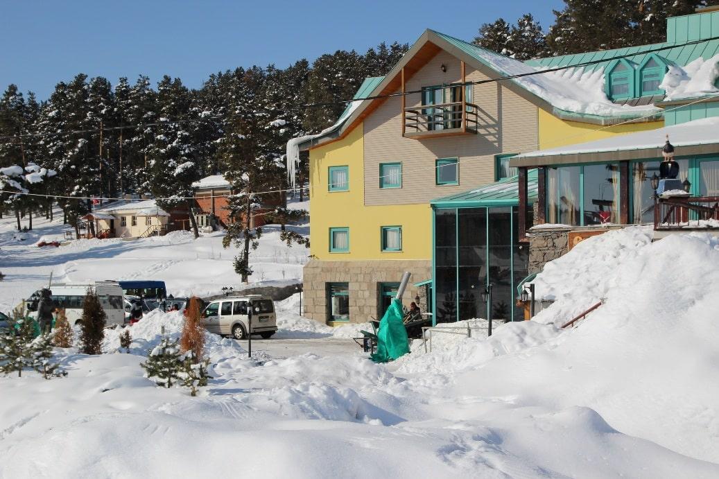 На курорте насчитывается более 50 отелей и гостевых домов
