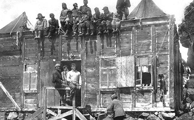 Первая хижина Приют одиннадцати на Эльбрусе. Фото 1932 года