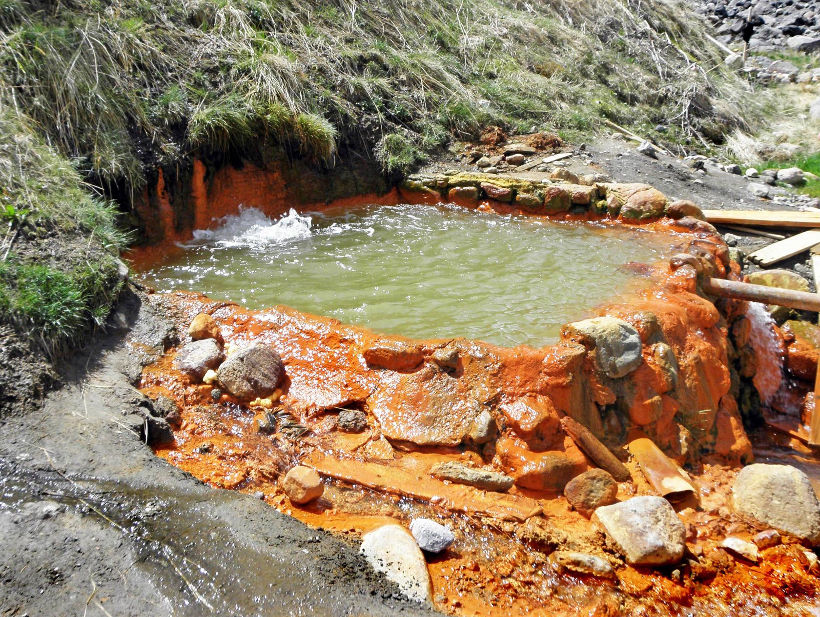 Каменная ванна с теплой минеральной водой