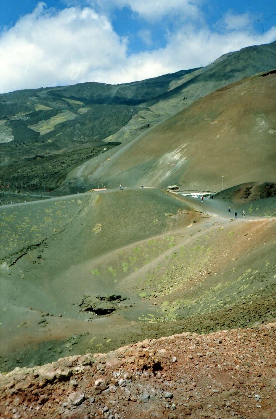 Склоны вулкана местами совершенно безжизненны