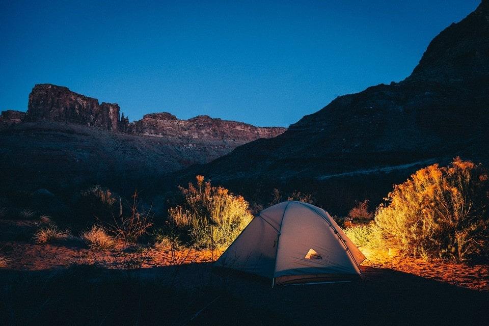 На палаточной стоянке есть возможность поставить свою палатку и пользоваться костровищами