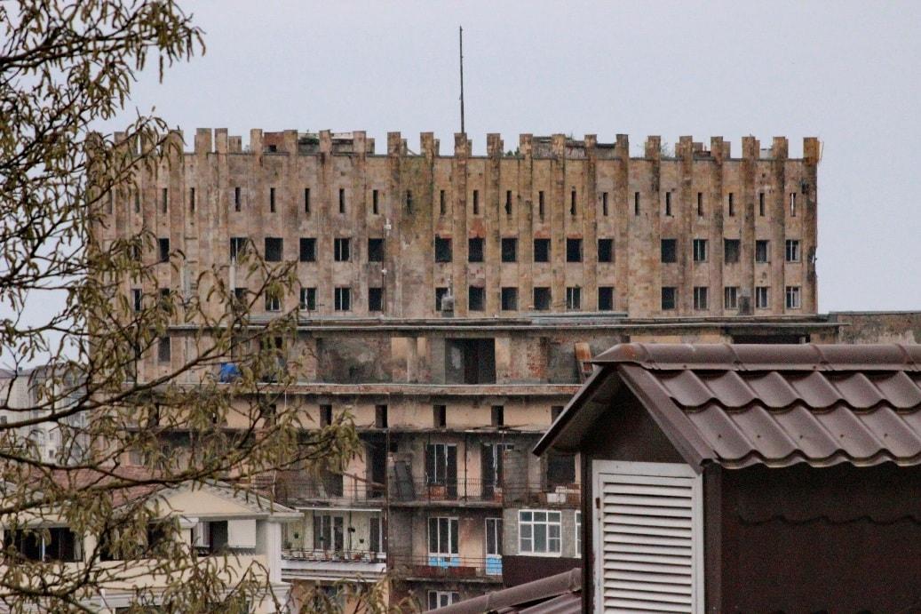 Здание парламента пострадало во время грузино-абхазской войны