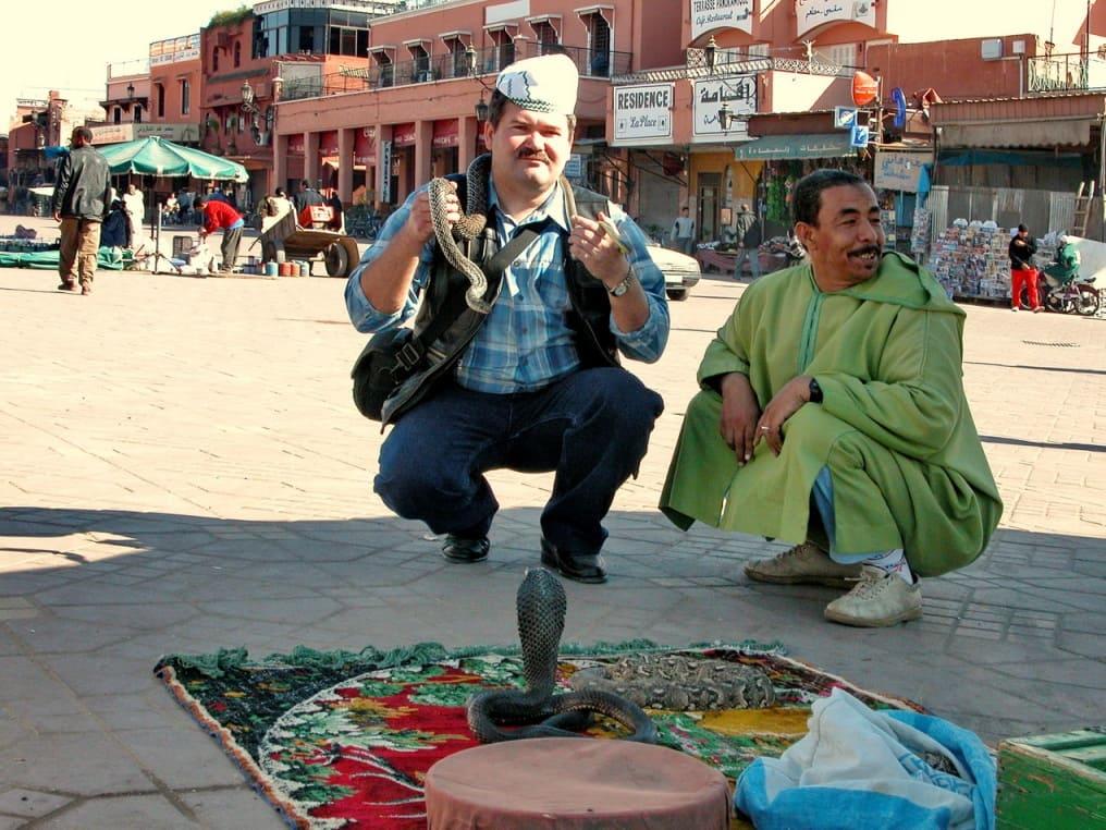 Площадь Джемаа-эль-Фна. Повесить змею на шею бесплатно, снять – за деньги