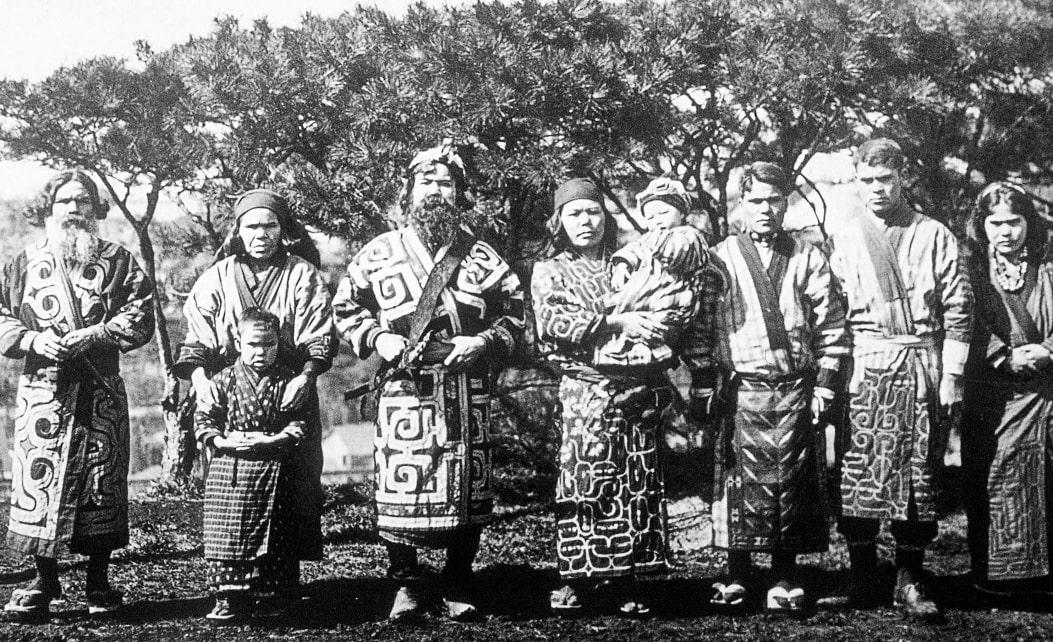 Группа айнов в традиционных костюмах, 1904 год