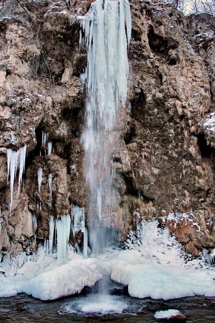 Зимой водопад превращается в огромную сосульку