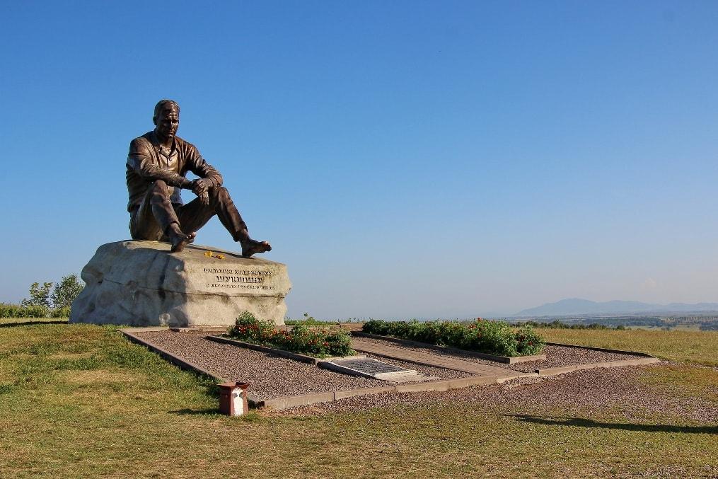 Памятник Василию Шукшину в Сростках
