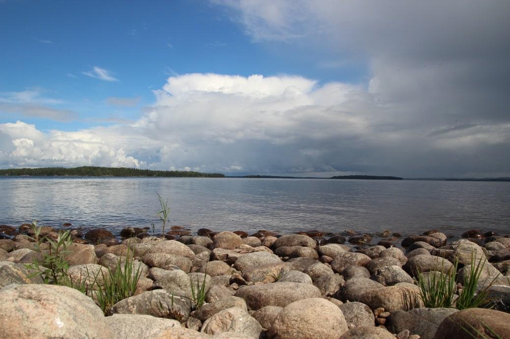 Озеро имеет ледниковое происхождение