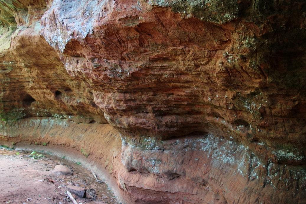 Древнейшие отложения образовали череду полос разных цветов и оттенков