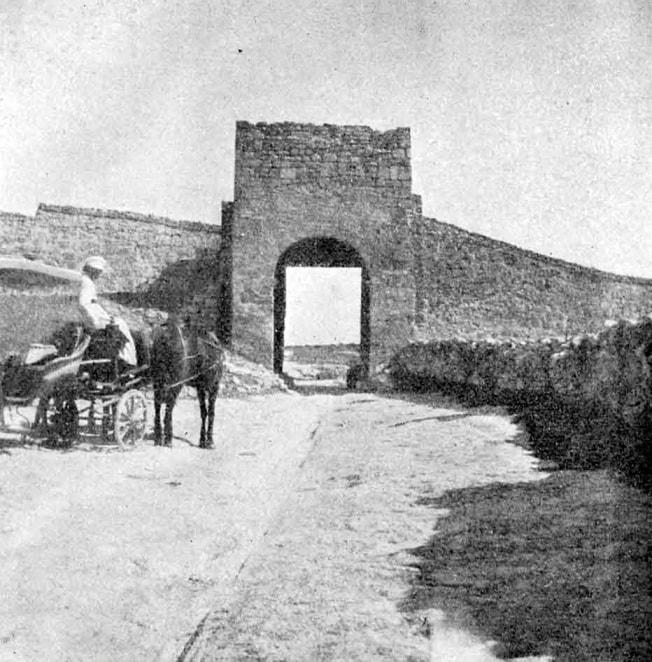 Так выглядели главные ворота в 1906 году. Фото Жозефа де Бая