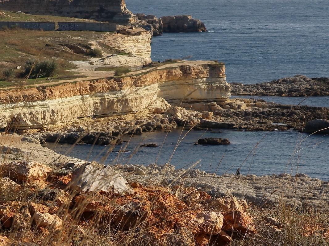 Берега бухты высокие, обрывистые