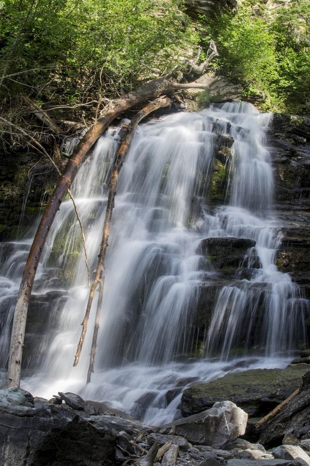 Водопад имеет высоту 20 метров