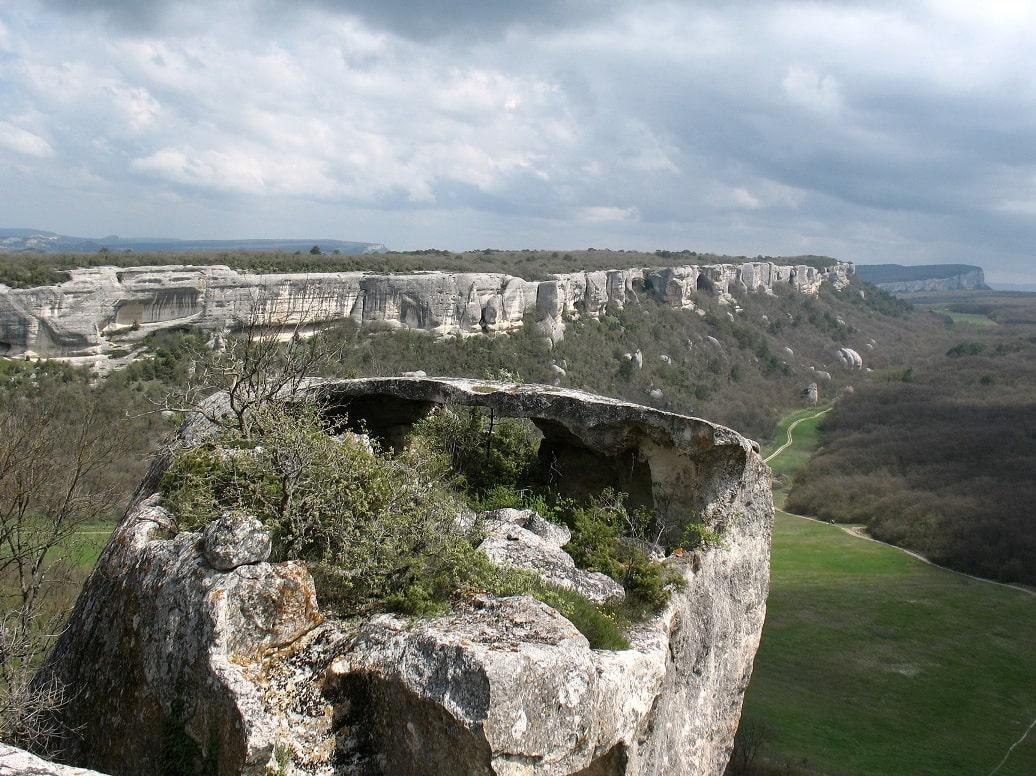 Горный массив пронизан пещерами и ходами