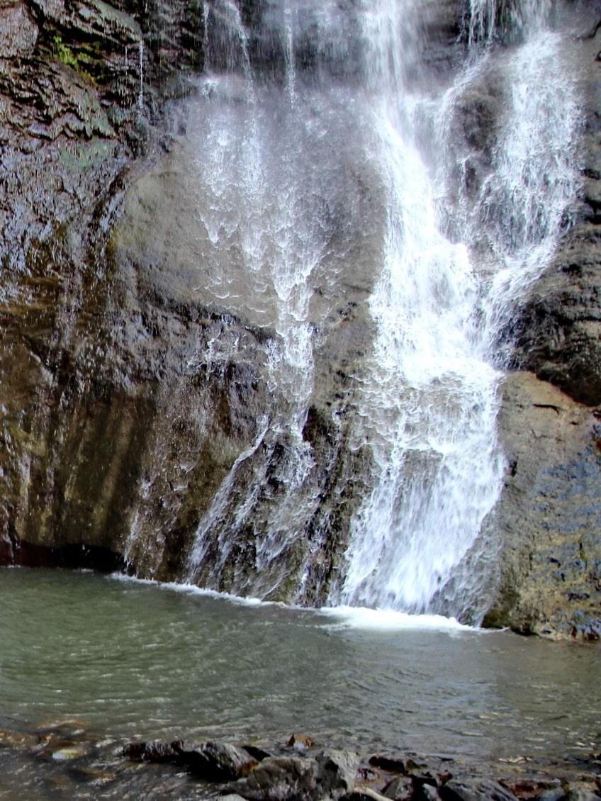 В месте падения воды образовалась каменная «ванна» для купания