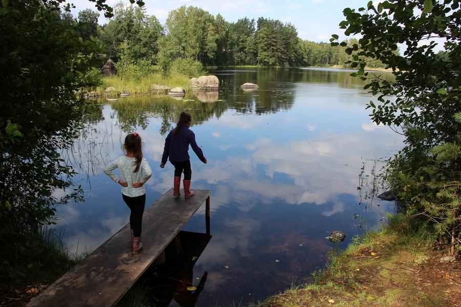 Озеро имеет вытянутую форму