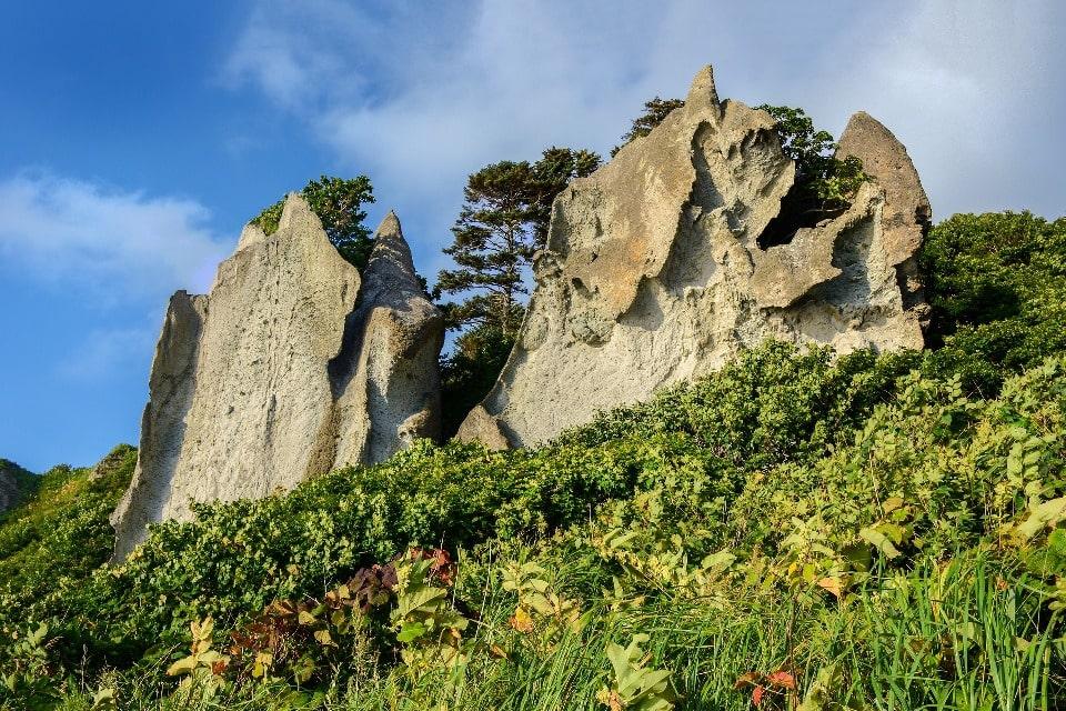 Скалы на острове не назовешь безжизненными