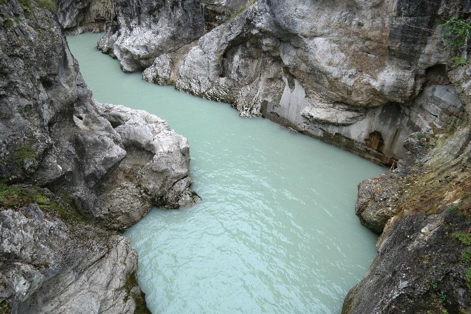 Вода в реке имеет бирюзовый цвет