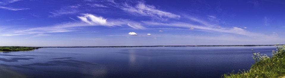 Неподалеку от песчаного массива имеется красивое озеро
