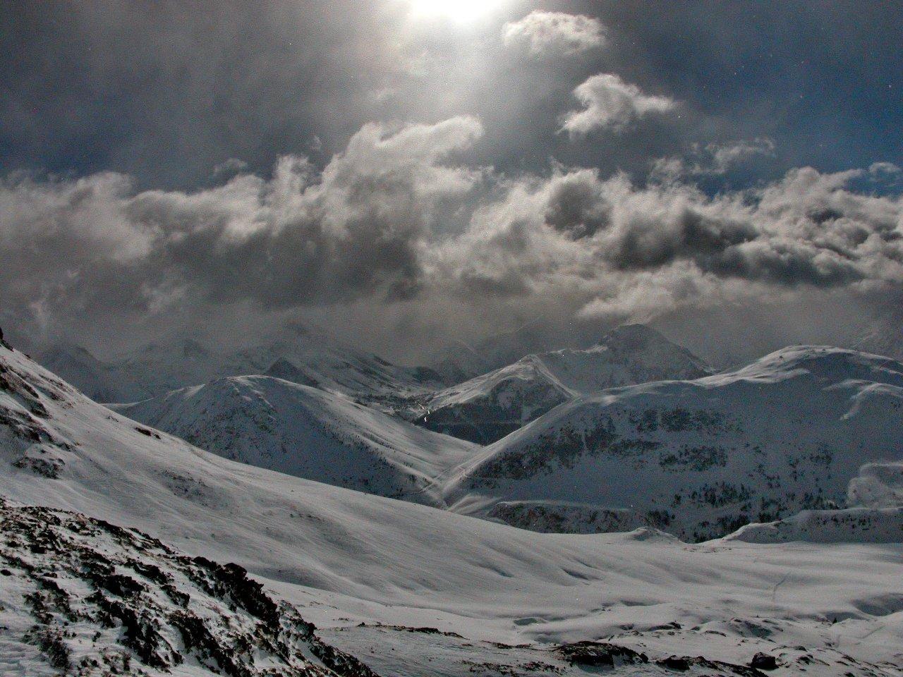 На высоте выше 4000 м круглый год царит зима