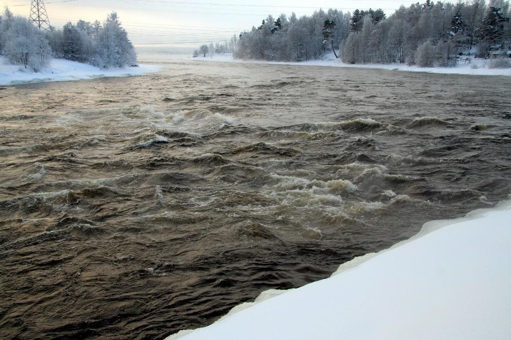 Протока между озерами не замерзает даже в морозы