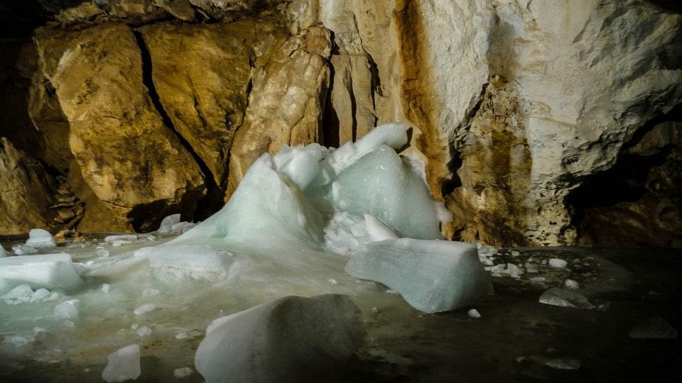 В самом низу пещеры находится слой льда
