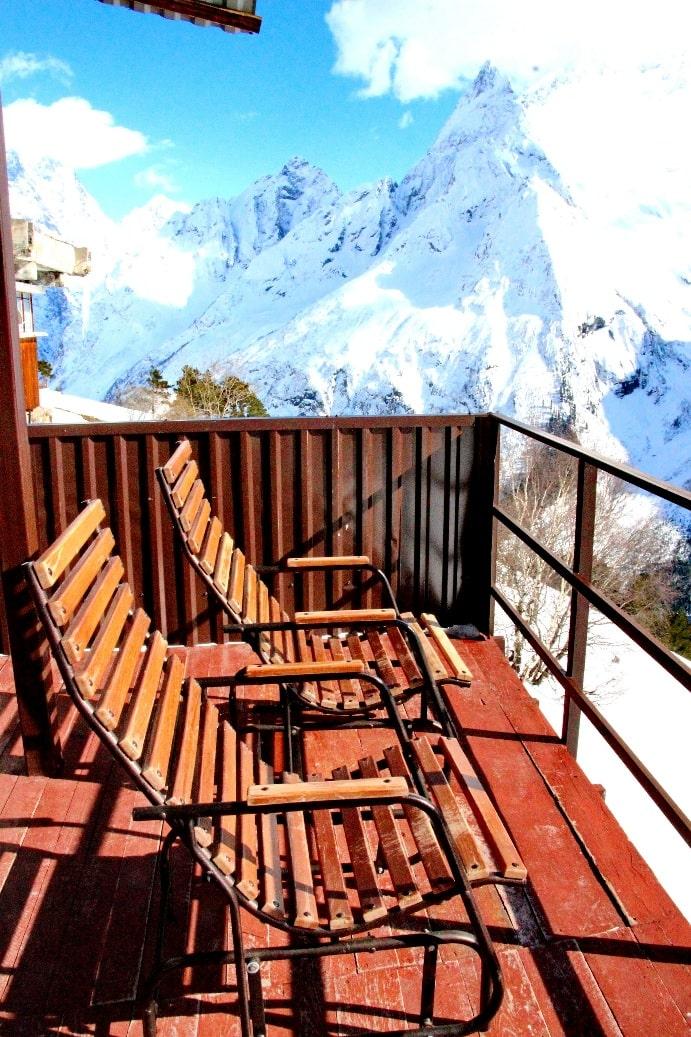 На горнолыжном курорте действует несколько отелей