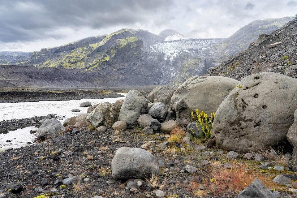 Ледник тащит с собой огромные валуны
