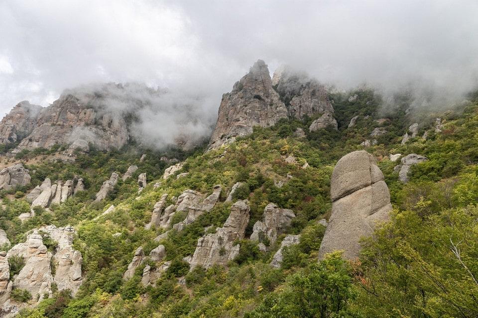 Северный склон ощетинился скальными уступами и крутыми обрывами