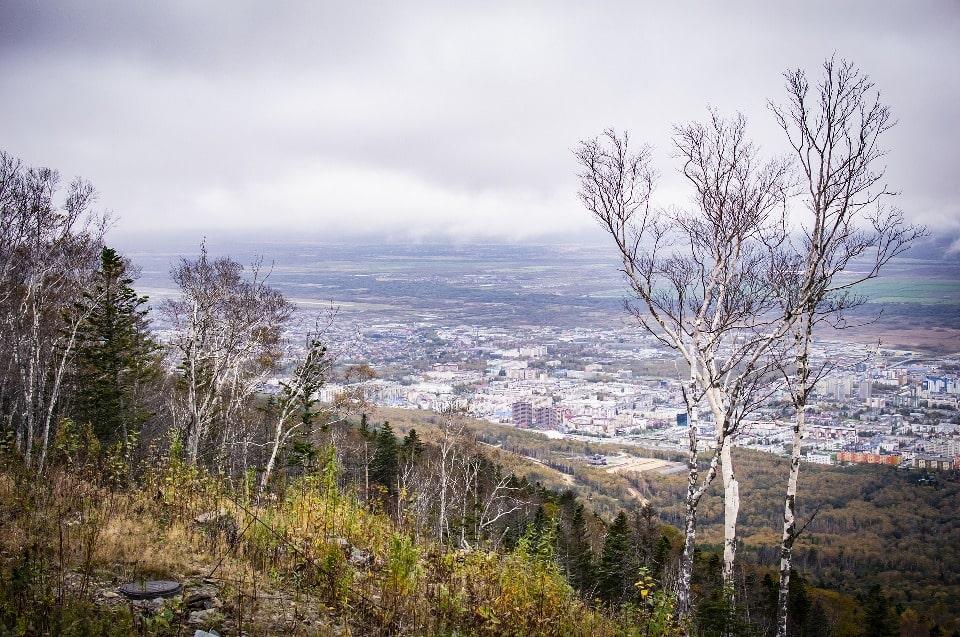 Сверху открывается панорама Южно-Сахалинска