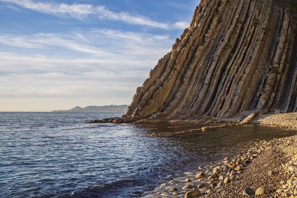 У Скалы Киселева есть галечный пляж