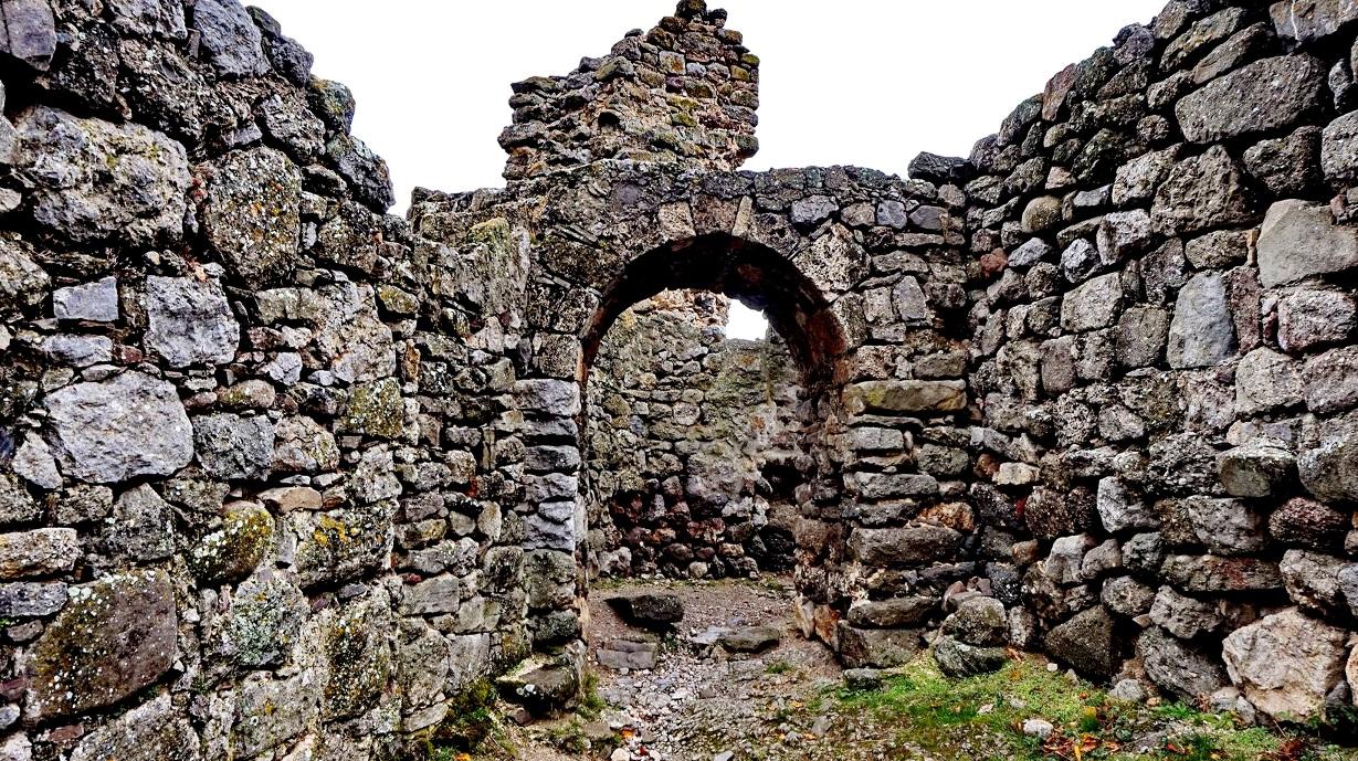 Вход в крепость и руины церкви