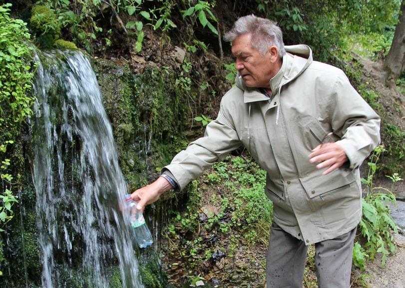 В этих местах все обычно запасаются целебной водой
