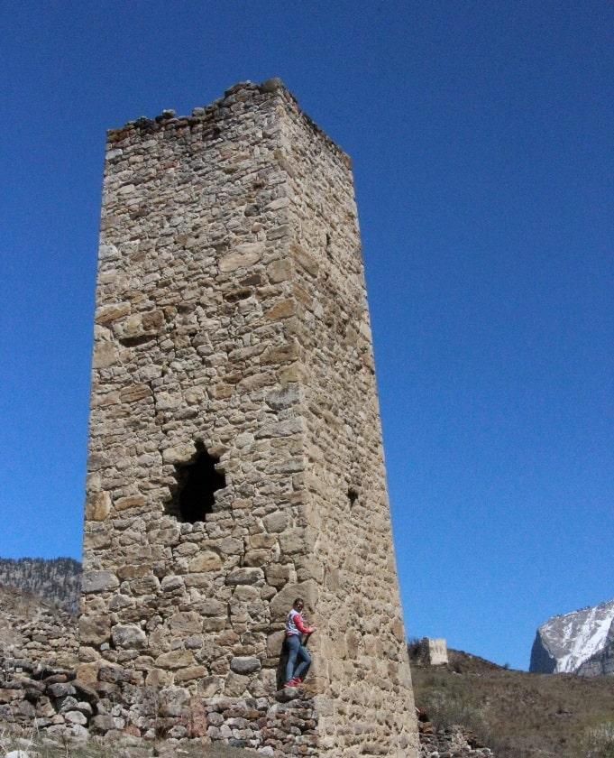 Башни напоминают кристаллы, которые выросли из скалы