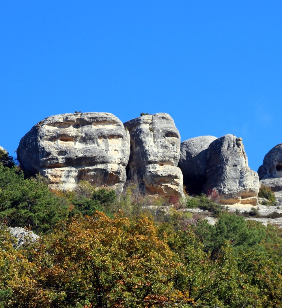В местных горах имеется множество карстовых пустот