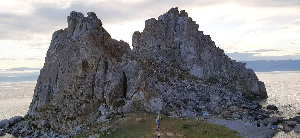 Прибрежные скалы имеют причудливую форму