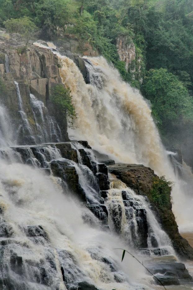 Водопад наиболее полноводен в сезон дождей