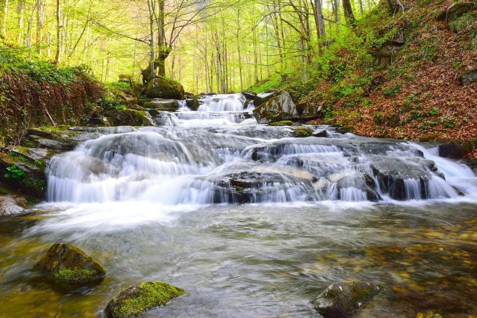 В период сильных дождей на реке образуется восемь водопадов