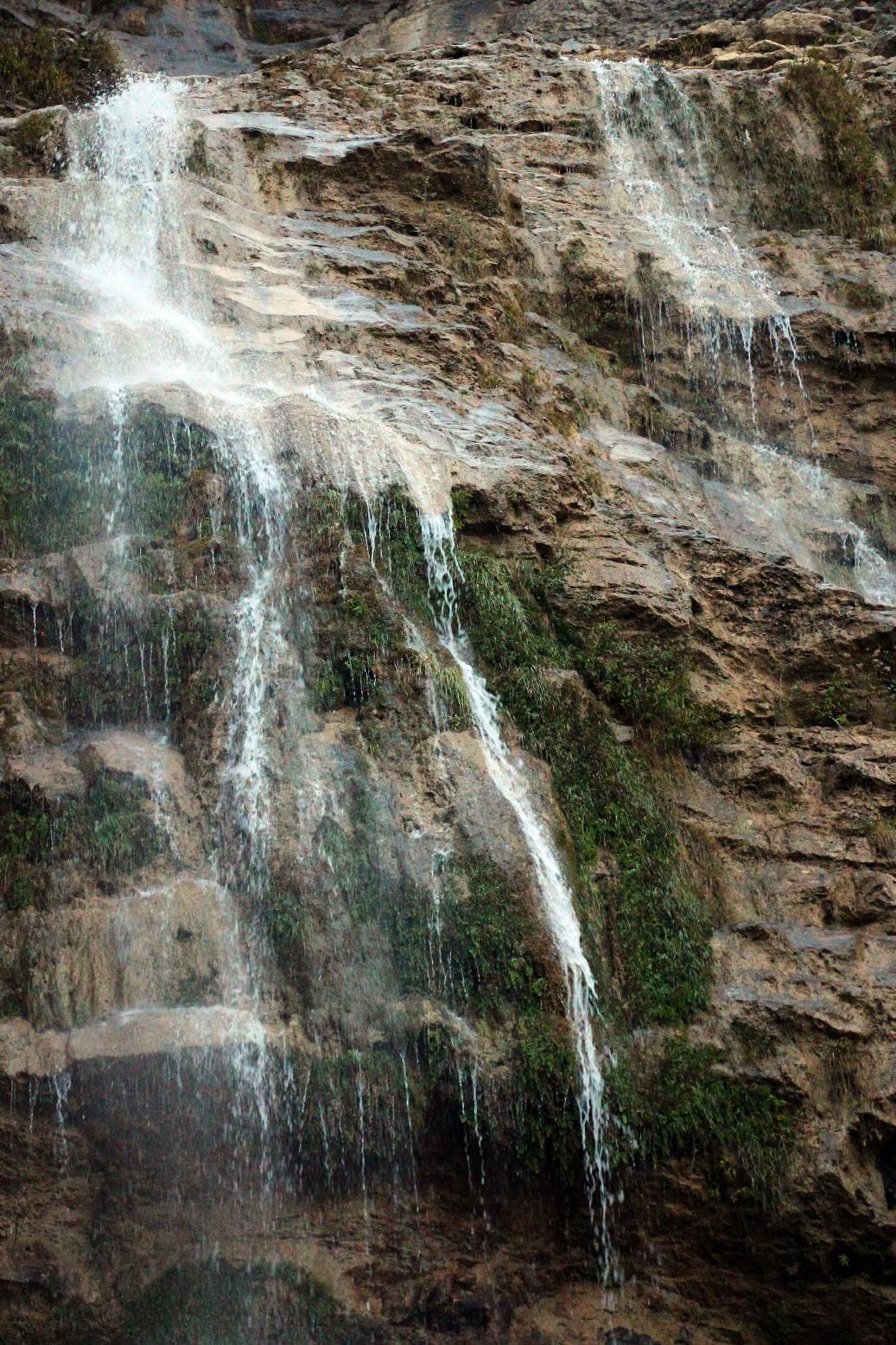 В ущелье стекает множество ручьев, образующих водопады