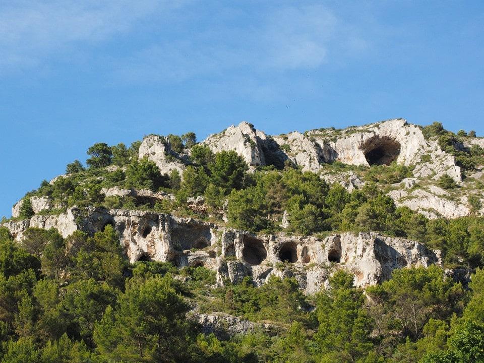 Значительная площадь горного массива будто оспинами покрыта карстовыми образованиями