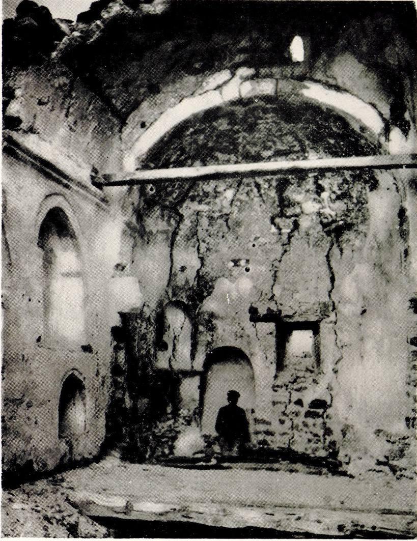 Интерьер полуразрушенного храма Фуны. Фото П. А. Двойченко, 1911 год.